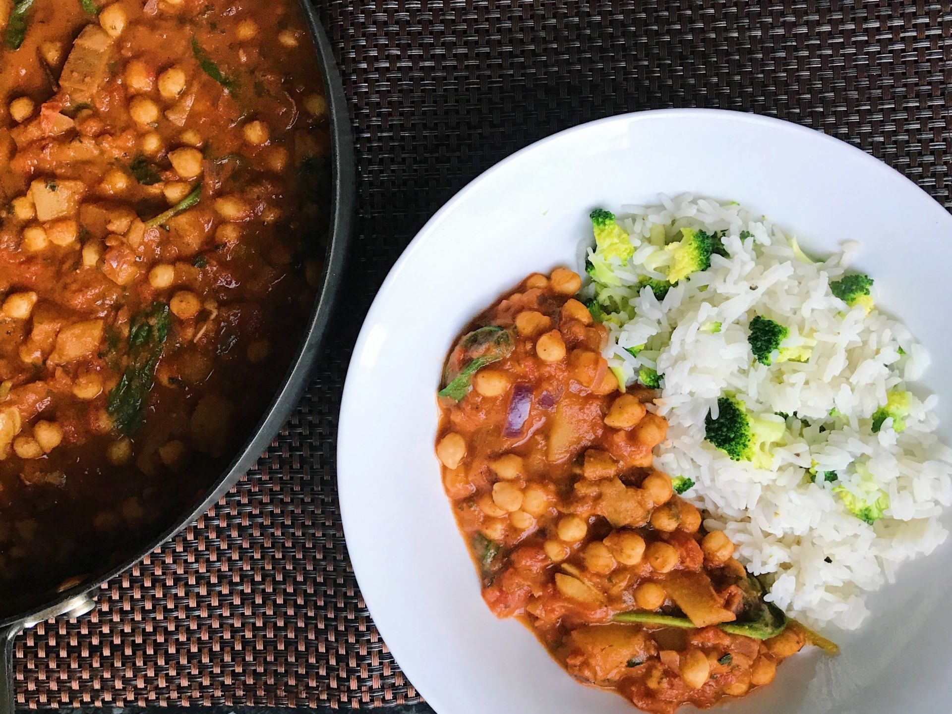 Chickpea tandoori curry with broccoli rice (Ve)